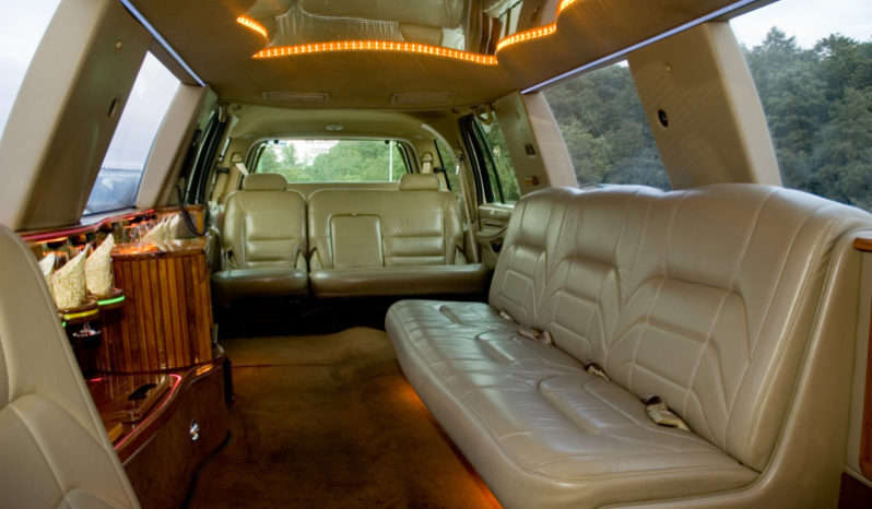 Lincoln Navigator (white) 13 seats full